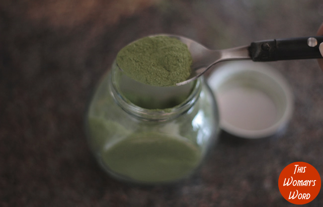 spinach-powder-in-glass-jar