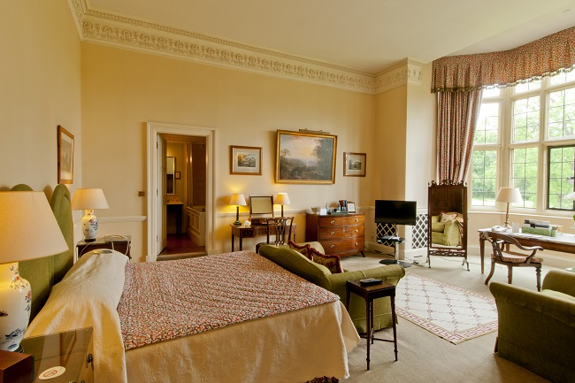 a-country-hotel-that-a-french-king-a-us-president-and-a-rap-superstar-all-love-hartwell-house-royal-double-bedroom-room-no-10-side-view